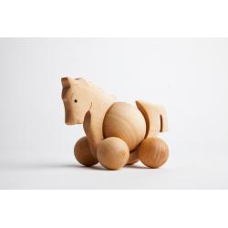 Drewniany koń z ruchomym brzuszkiem.